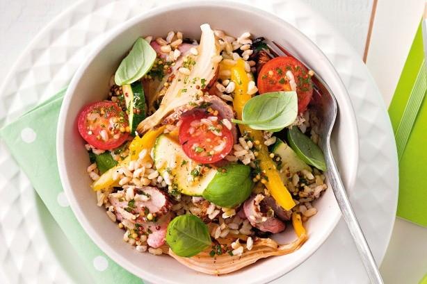 برنج قهوه ای با سالاد سبزیجات و ریحان