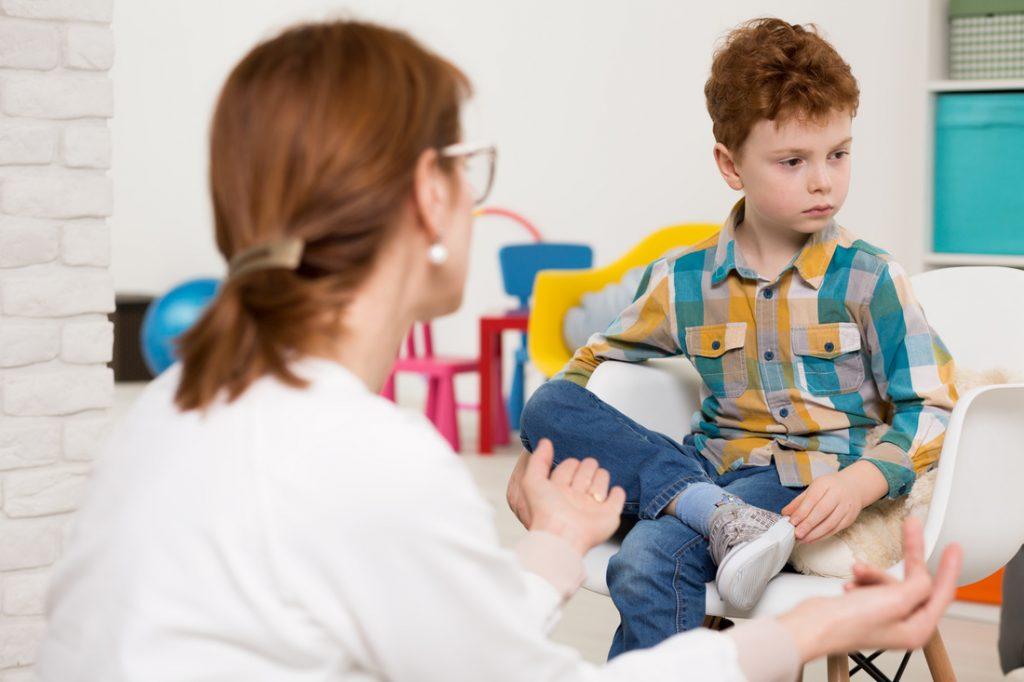 چرا کودکان مبتلا به اتیسم ممکن است از تماس چشمی اجتناب کنند؟