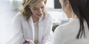 10 سوال که باید از پزشکتان درباره هورمون درمانی در طول یائسگی بپرسید