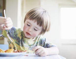 کودکان بد غذا: فقط غذاهای با بافت نرم را میل می کند