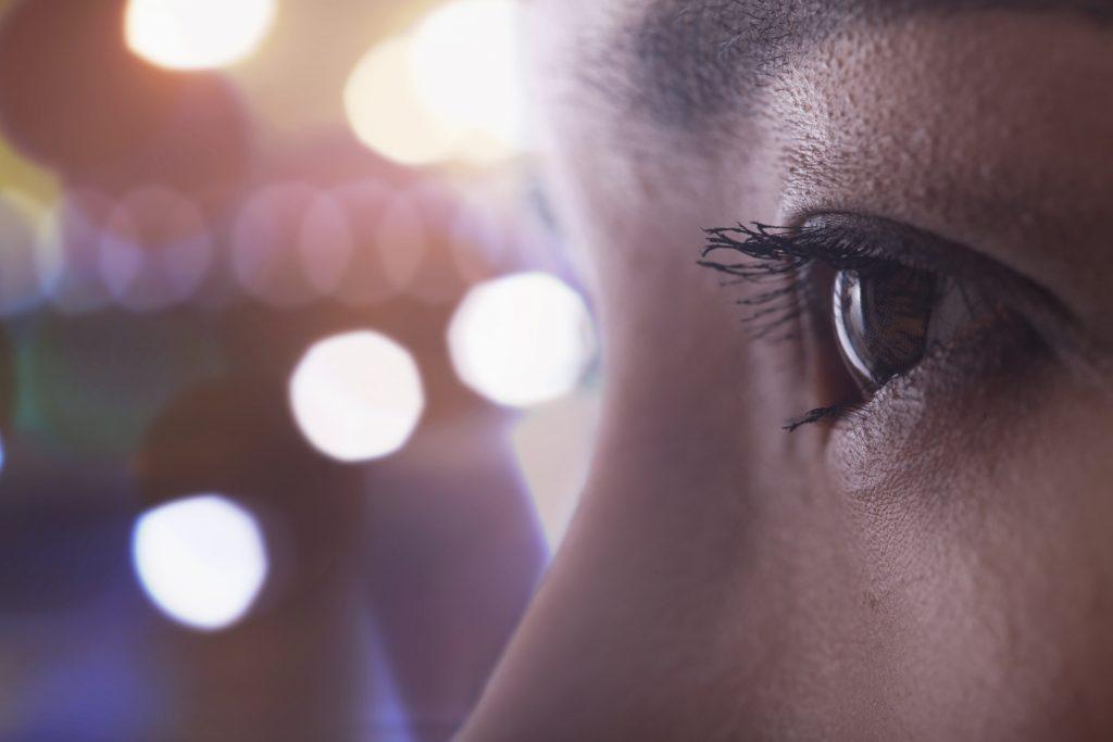 چگونه از شر کیسه های اطراف چشم ناشی از استرس خلاص شویم؟
