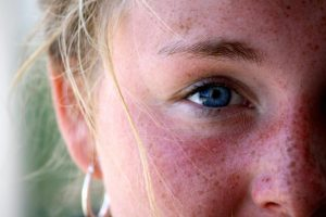 آیا افراد چشم آبی باید عینک آفتابی بزنند؟