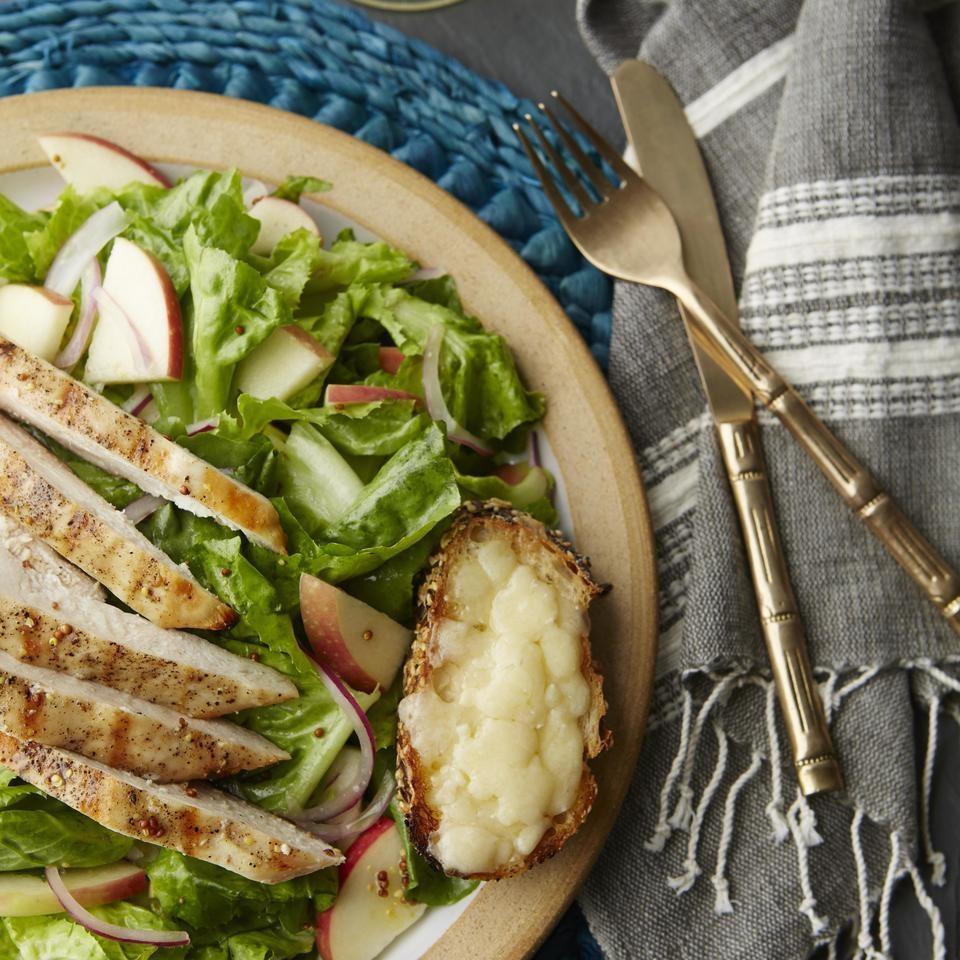 سالاد سیب و نان تست و چدار با سینه مرغ گریل شده