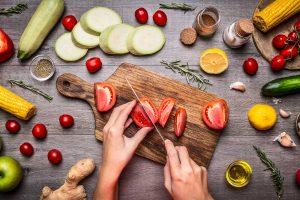 غذاهایی که به خواب شما کمک می کنند و یا آن را مختل می کنند