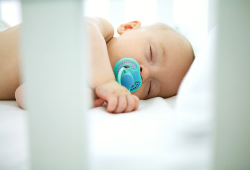 کودک را برای شیر خوردن بیدار کنیم؟