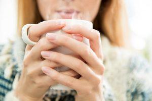 10 فایده و مزیت باور نکردنی نوشیدن آب ولرم