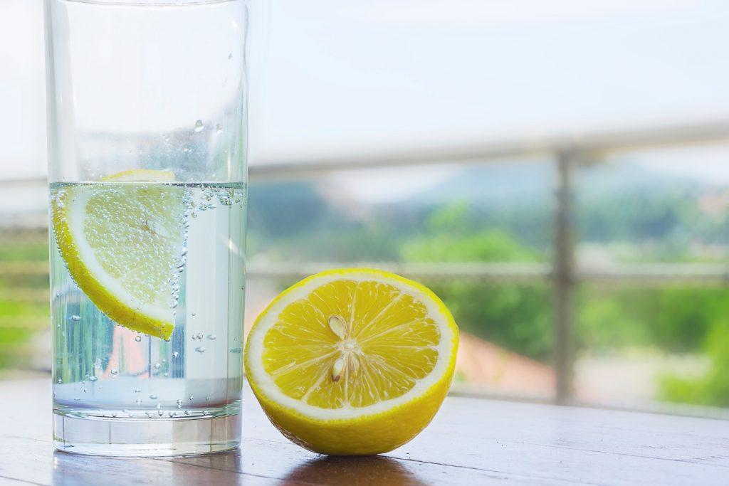 7 فایده شگفت انگیز مصرف آب لیمو برای بدن