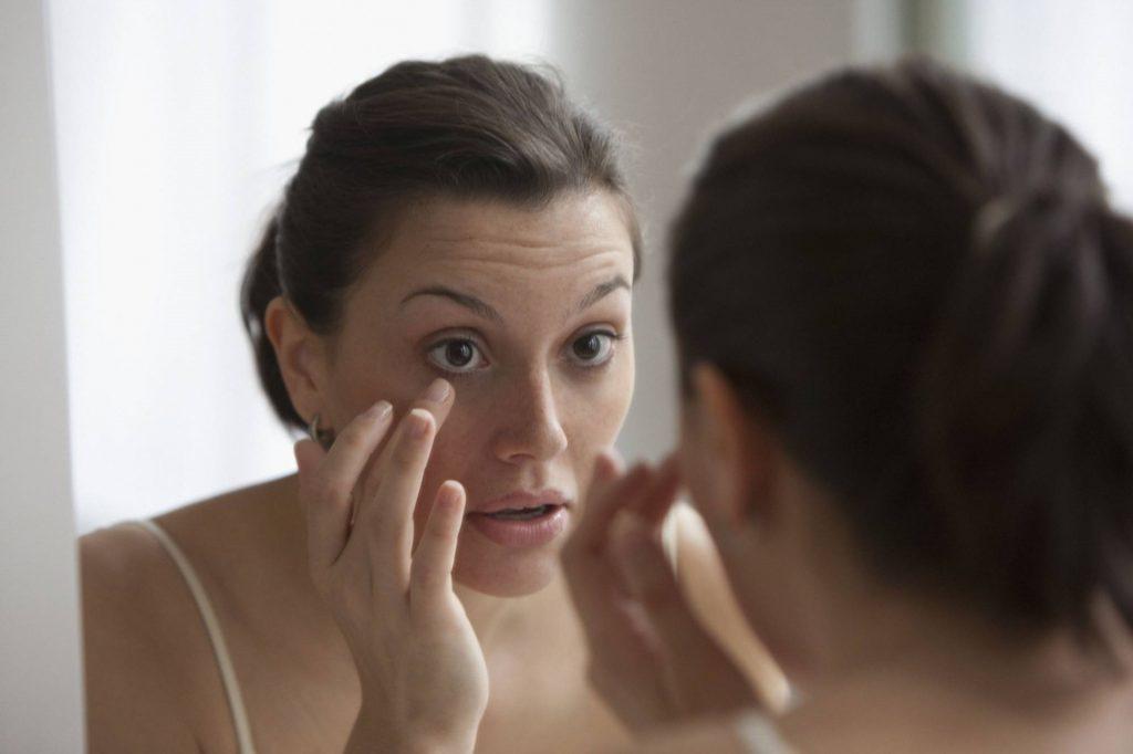 علت خروج ترشحات از گوشه چشم یا قی چشم چیست؟